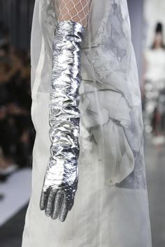 Maison Margiela Fahion Show Ready to Wear Collection Spring Summer 2016 in Paris looks like marble! Gloves Fashion, Fashion Accessories, New Retro Wave, Fashion Details, Fashion Design, John Galliano, Glamour, Spring Summer 2016, Mode Inspiration