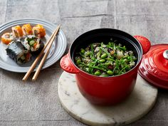 Arame Chirashi Sushi | Le Creuset Official Australia Rice Vinegar, Linguine, Types Of Sushi, Mushroom Stock, Edamame Beans, Japanese Rice, Sushi Rolls, How To Make Tea, Kochen