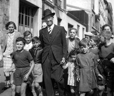 Maurice Chevalier se promenant à Belleville. Eugene Richards, Belleville Paris, Helen Levitt, Robert Frank, Vivian Maier, Saul Leiter, Famous Faces, Colorful Pictures, Old Hollywood