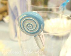 Les pinces Bonbon en résine bleu et blanc décorent les Candy Bar, les sacs dragées pour Baptême, Baby Shower. Découvrez notre thème Gourmandises très en vogue en ce moment.