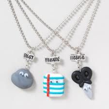 Gifts For Friends Diy Bff Necklace Set Ideas Bff Necklaces, Best Friend Necklaces, Best Friend Jewelry, Diy Gifts For Friends, Bff Gifts, Best Friend Gifts, Fimo Kawaii, Claire's Accessories, Best Friend Outfits