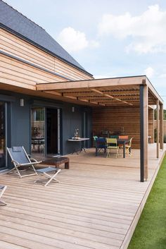 Maison design en ossature bois avec sa grande terrasse Maison design en ossature bois avec sa grande terrasse Ideen When age-old in notion, this pergola has been going through a modern-day renaissance most of these days. Pergola With Roof, Pergola Patio, Diy Patio, Backyard, Patio Ideas, Modern Pergola, Patio Decorating Ideas On A Budget, Pavers Patio, Small Pergola