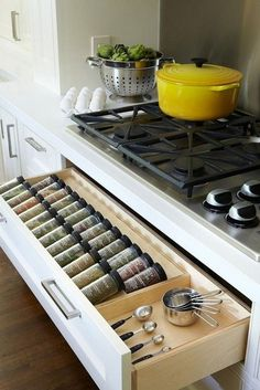 Smart Kitchen Design And Storage Solutions You Must Try - Decomagz Keep this advice in mind as you approach your kitchen renovation. Clever Kitchen Storage, Hidden Kitchen, Kitchen Storage Solutions, Kitchen Cabinet Storage, Smart Kitchen, Cheap Kitchen, Kitchen Organization, Organization Ideas, Spice Storage