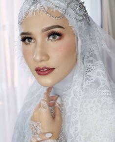 Ideas bridal beauty makeup headpieces for 2019 Muslim Wedding Gown, Kebaya Wedding, Wedding Hijab Styles, Hijab Wedding Dresses, Bridal Hijab, Hijab Bride, Muslimah Wedding, Rustic Wedding Showers, Bridal Photoshoot