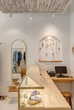 retail store architecture scandinavian and rustic, mediterranean, boho and natural decor, balcony, mirror Clothing Boutique Interior, Clothing Store Design, Boutique Decor, Boho Boutique, Schönheitssalon Design, Store Layout, Boutique Interior Design, Store Interiors, Retail Store Design