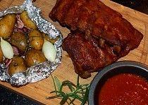 Medová žebírka s pečenými bramborami Ribs On Grill, Russian Recipes, Grilling, Pork, Chicken, Baking, Polish, Ribs On The Grill, Kale Stir Fry