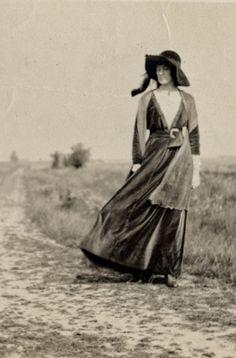 """""""The Baroness"""": la CATALIZADORA. La Baroness Elsa von Freytag-Loringhoven (1874-1927), conocida por sus amigos como """"The Baroness"""", no fue una mujer de su época, fue una mujer de todas las épocas que aún estaban por llegar. Marcel Duchamp dijo de ella: """"La baronesa no es futurista, ella es el futuro"""" y también era DADA, no sólo lo era, vivía DADA, pensaba DADA...(sigue)"""