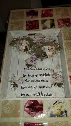 tweede dienblad gemaakt, met servetten, kopjes, zelf geverfde letters en om het af te maken op de roosjes op de kopjes een pareltje.