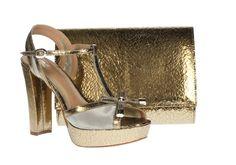 49b61bb8028 Zapato con tonos dorados con forma de