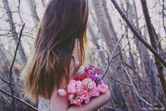 Hoa hồng có gai   Cuộc sống của cô là những trang sách mở bất cứ ai nhìn vào đó cũng có thể soi thấy cuộc đời của họ giống như một dòng sông phẳng lặng nước trong nhưng đôi khi lại xuất hiện nhiều gợn sóng.  Ảnh minh họa   1. Cô gái có thân hình mảnh dẻ mái tóc dài ngang lưng đen tuyền óng ả. Người ta thấy cô xuất hiện ở cửa hàng hoa đầu phố từ những ngày đầu tháng sáu đôi má phớt hồng mà miệng cười rất duyên làm cho cửa hàng trở nên nhộn nhịp hơn người đến xem thì đông mua cũng nhiều nhưng…