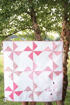 Cute free baby quilt patterns that you can make in a day. A free baby quilt pattern with turnstile quilt blocks. Quilt Baby, Baby Quilts Easy, Baby Girl Quilts, Girls Quilts, Modern Baby Quilts, Free Baby Quilt Patterns, Pinwheel Quilt Pattern, Machine Quilting Patterns, Quilting Designs
