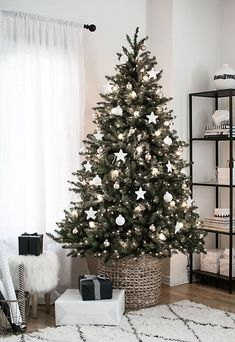 Incredibly Chic Modern Minimalist Christmas Trees If minimalist style is your thing, there are ways to make your holiday decorations reflect your sleek, modern decor. Try these Incredibly Chic Modern Minimalist Christmas Trees as inspiration (they're also Decoration Christmas, Christmas Tree Themes, Noel Christmas, Holiday Decorations, Decoration Crafts, Homemade Christmas, Rustic Christmas, Elegant Christmas, Christmas Tree With White Decorations