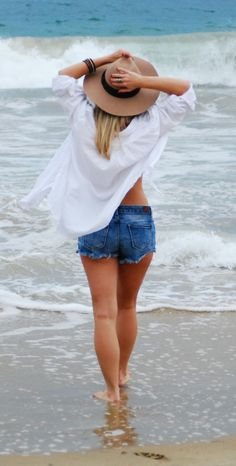 Beach Outfits Women Vacation, Summer Outfits For Teens, Beach Photography Poses, Beach Portraits, Cute Couples Kissing, Outfits With Hats, Beach Scenes, Girl With Hat, Beach Babe