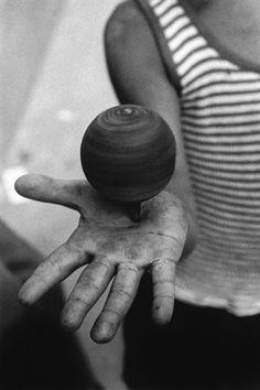 Ferdinando Scianna, Mani che giocano, Bagheria 1973 | striped | stripes | spin | black & white photography