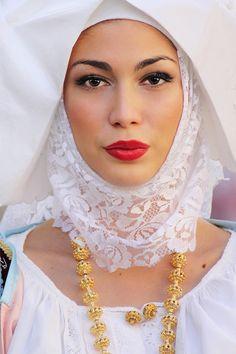Donna Con L'abito Tradizionale Di Sennori (SS) | Photo By Antonio Baldino Beautiful Girl Image, Beautiful People, Beautiful Women, Sardinian People, Costumes Around The World, Europe Fashion, Folk Costume, Portraits, Traditional Dresses