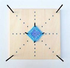 Granny square blokspanner  -> is makkelijk zelf te maken (plankske en stokske uit de Brico + boormachien + houtlijm)