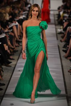LOVE the color, and the thigh high slit    Oscar de la Renta Resort 2012 (Candice Swanepoel) Estilo Glamour, Mode Glamour, Candice Swanepoel, Beautiful Gowns, Beautiful Outfits, Couture Fashion, Fashion Show, Fashion Styles, Runway Fashion