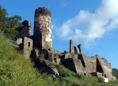 Bij Rheindiebach tegenover Lorch ligt de ruïne van Schloss Fürstenberg uit de 13-15e eeuw, verwoest in 1689; het is een open ruïne, linker oever