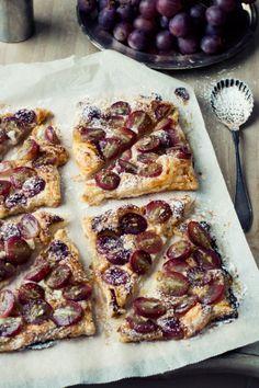 Tartaletas de hojaldre con uvas y queso de cabra {que viva la sencillez} «