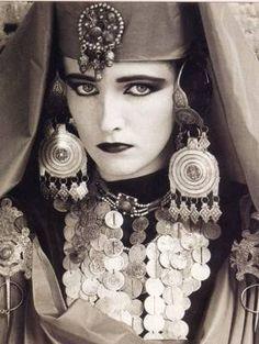 Femme Amazight , berbère ; c'est une femme chaouia qui vient du nord d'Afrique ! les femmes chaoui sont les plus belles femmes du son pays , et les pls fortes aussi , vous pouvez consultez Wikipédia pour confirmer de ce que j'ai bien dit .