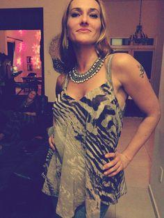 Angela Arns com blusa e colar