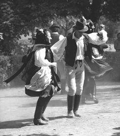 folk dance in Hungary Nyárádmagyarós - Nyárádmagyarósi forgatós Hungarian Dance, Costumes Around The World, Hippie Baby, State Of Grace, Folk Clothing, Shall We Dance, Folk Dance, Folk Fashion, Folk Music