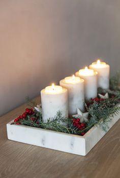 Du kan enkelt lage din egen adventsstake. Her er det brukt 4 marmorlysestaker og et marmorfat dekorert med litt grønt, litt julepynt og noen ilexbær