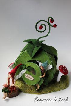 The Raspberry Fairies- Waldorf Inspired Flower Fairies Waldorf Crafts, Waldorf Dolls, Felt Crafts, Diy And Crafts, Moldes Halloween, Felt House, Felt Fairy, Tiny Dolls, Flower Fairies