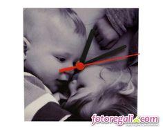 Non vedi l'ora di passare del tempo con la tua mamma e per lei è lo stesso? Regalale un orologio personalizzato per la festa della mamma. Ce n'è uno adatto per ogni esigenza:  http://www.fotoregali.com/accessori-casa/orologi