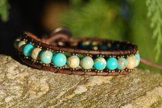 Schönes Armband aus dunklem Leder und dem Halbedelstein Regalit mit kleinen, bronzefarbenen MetallelementenVerschlossen wird das Band mit einem Knopf und ist a