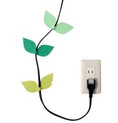 時にはインテリアの邪魔にもなる電気コードをマステで蔦風にアレンジ。適切に配線をしながら、ポップなウォールアートも楽しめます。