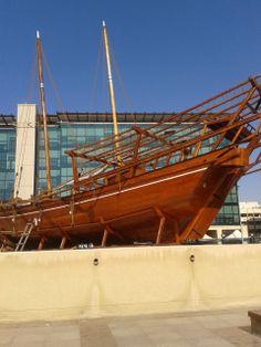 een grote parelduik boot die boven op het dak van het Dubai Museum is opgesteld