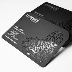 Versátil. Diseño estratégico  Diseño de tarjetas de visita del estudio de diseño y comunicación Versátil. Realizados con troquelado láser y tinta plata. Papel curious skin de ArjoWiggins Versátil es Diseño estratégico.