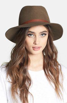 Sombrero de ala ancha con detalles en piel y pespuntes en contraste
