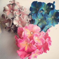3 Lichterketten mit jeweils 10 Filzblüten. Lightchains with feltflowers. #lichterkette #filzblumen #lightchain #feltflower #filzen #gefilzt #nassgefilzt #wetfelting #filzkunst #feltart #filzdesign #feltdesign #diy #handmade #dekoration #decoration #feltro #fieltro #floresdefeltro