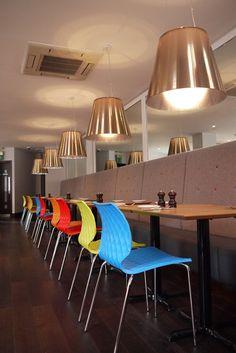 Uno 550, scaun de conferință cu scoica din polipropilenă. Structură din oțel vopsit în câmp electrostatic sau cromată. Culori disponibile: roșu, verde, alb, galben, negru sau albastru.  Acest scaun cu forme atrăgătoare și ușor de manipulat poate fi alegerea perfectă. Uni, Gratis Download, Seat Available, Italian Furniture, Restaurant Bar, Contemporary, Wood, Table, Design