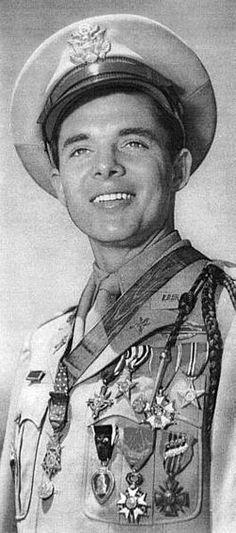 Audie Murphy - Real American hero, movie star and most decorated veteran of World War II, has a VA Medical Center named after him in San Antonio, Texas. He died in a plane crash, 47 years old. Military Photos, Military History, Military Art, World History, World War Ii, Kingston, Kings & Queens, American Soldiers, Japan