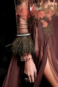 Valentino Spring 2016 Ready-to-Wear Fashion Show Details ~~~Salmon, Coral highlights of what's to come~~~ Look Fashion, Fashion Details, High Fashion, Fashion Show, Fashion Outfits, Fashion Design, Couture Fashion, Runway Fashion, Vogue