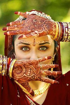 latest henna mehndi designs fancy style for brides 2019 Beautiful Eyes, Beautiful Bride, Beautiful People, Beautiful Mehndi, Beautiful Images, Tattoo Henna, Henna Mehndi, Mehendi, Henna Art