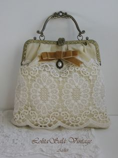 Bolso vintage de boquilla hecho a mano. Vintage lace bag by LolitaSalá. Vintage Purses, Vintage Bags, Vintage Handbags, Bridal Handbags, Lace Bag, Diy Sac, Frame Purse, Fabric Purses, Wedding Bag