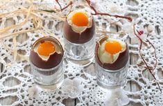 Per Pasqua, ho deciso di preparare dei golosissimi dessert, le Uova di Cioccolato alla coque con crema al latte e pesca sciroppata.