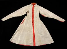 Żupan of silver moire with red lining of silk taffeta by Anonymous from Poland, second quarter of the 17th century, Nordic Museum in Stockholm. #polishcostume #artinpl #zupan