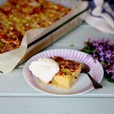 Rabarberkaka i långpanna - recept | Mitt kök Fika, French Toast, Recipies, Cheesecake, Muffin, Food And Drink, Sweets, Vegan, Breakfast