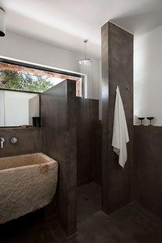 Washed concrete bathroom. Casa nel Bosco di Ulivi, Morciano di Leuca.
