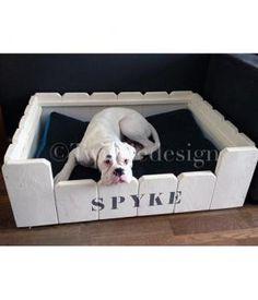 Steigerhout hondenmand model SpykeLaat uw hond heerlijk slapen en relaxen in deze hondenmand met hoge zijwanden gemaakt van steigerhout!De steigerhout hondenmand is glad geschuurd en afgewerkt met krijtverf en verkrijgbaar in de volgende standaard af...