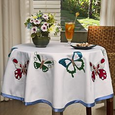 images attach c 6 124 427 Manson Jar, Mantel Redondo, Vintage Tablecloths, Quilted Table Runners, Kitchen Linens, Butterfly Design, Deco Table, Mug Rugs, Table Toppers