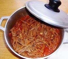 Desmechada o Ropa Vieja (Shredded Beef) Love authentic Latin food! Great with arepas (similar to tortillas) or with rice. Great with arepas (similar to tortillas) or with rice. Meat Recipes, Slow Cooker Recipes, Mexican Food Recipes, Cooking Recipes, My Colombian Recipes, Colombian Cuisine, Venezuelan Food, Shredded Beef, Baguette