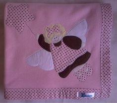 Manta em soft microfibra rosa, com barrado em tecido 100% algodão e patch apliquée anjinha. R$45,90