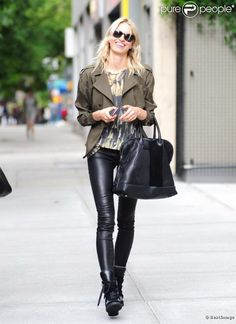 Karolina Kurkova et son legging cuir. Voir plus : http://www.persun.fr/blog/lorsque-les-stars-osent-le-cuir-en-plein-ete/