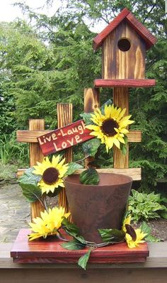 13 Rustic Style Planting Flowers Surely You Like It Garden Crafts, Diy Garden Decor, Garden Projects, Garden Art, Solar Light Crafts, Solar Lights, Diy Wooden Projects, Wooden Diy, Bird Houses Diy